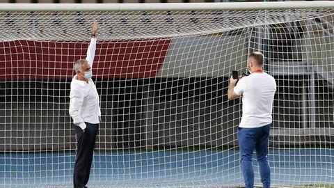 José Mourinho ließ sich extra mit dem Tor fotografieren, um die Skurrilität zu dokumentieren