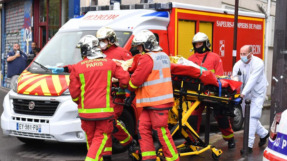 """Rettungskräfte nach dem Vorfall in Paris nahe den ehemaligen Büros des Satiremagazins """"Charlie Hebdo"""""""