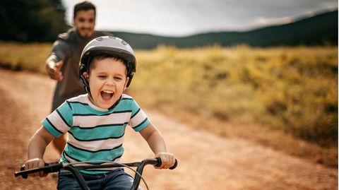 Kind fährt begeistert Fahrrad