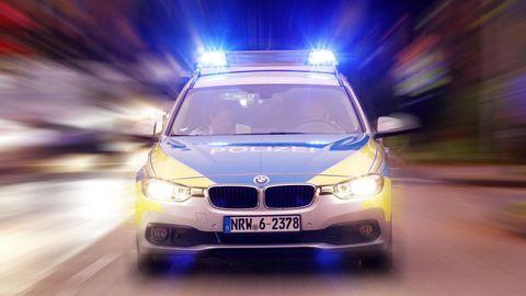 Nachrichten aus Deutschland: Einsatzwagen der Polizei NRW mit Blaulicht
