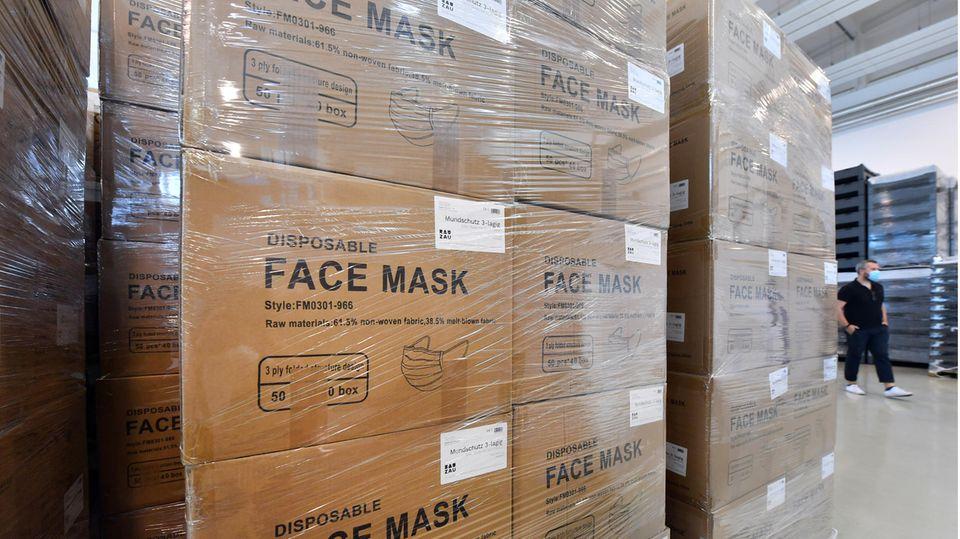 Verpackte Schutzausrüstung ist im Pandemielager in einer Lagerhalle des Deutschen Roten Kreuz (DRK) gestapelt