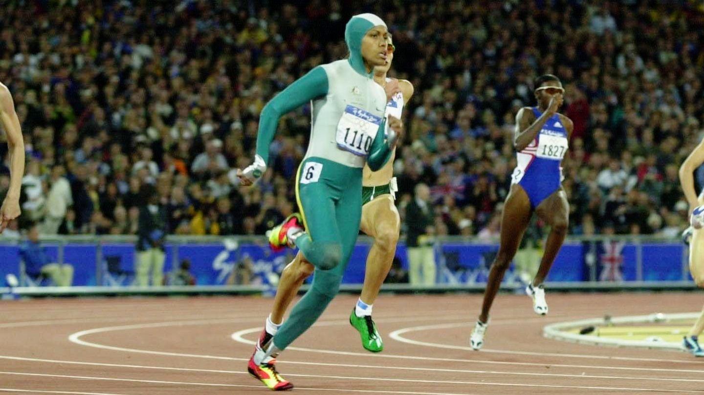 """25. September 2000: Cathy Freeman gewinnt die wichtigste Medaille in der australischen Sportgeschichte  Ein ganzer Kontinent hält den Atem an: Heute vor 20 Jahren steht Cathy Freeman im grünen Ganzkörperanzug bei den Olympischen Spielen in Syndey an der Startlinie zum 400-Meter-Finale.""""Wenn sie dieses Rennen gewinnt"""", hatteihr ehemaliger Manager und Lebensgefährte Nick Bideau prophezeit, """"wird man in Australien noch in zwanzig Jahren davon reden. Vielleicht ewig.""""  In ihrem Heimatland Australien ist Feeman zu dieser Zeit bereits eine Sportikone. Sie war zwei Mal Weltmeisterin in ihrer Paradedisziplin und hat vier Jahre zuvor in Atlanta Silbergewonnen. Bei der Eröffnungsfeier in Syndey entzündete sie das olympische Feuer. Doch ganz oben auf dem Olympia-Thron stand sie noch nie.  49,11 Sekunden hat sie ihn erreicht. Als erstAngehörige der Aborigines gewinnt Freeman eine olympische Goldmedaille und wird damit endgültig zu einer Symbolfigur. Wegen ihrer sportlichen Leistung, aber auch dank ihres soziales Engagement. Bis heute setzt sich die mittlerweile 47-Jährige für die Rechte der australischen Ureinwohner ein.Immer wieder betont sie den Stolz auf ihre Herkunft. Die Worte """"Cos I'm Free"""" (""""Weil ich frei bin"""") trägt sie als Tattoo auf ihrer rechten Schulter. Freeman dient nicht nur den Aborigines, sondern auch vielen weißen Australiern, die den Umgang mit den Ureinwohnern verbessern wollen, als Vorbild."""