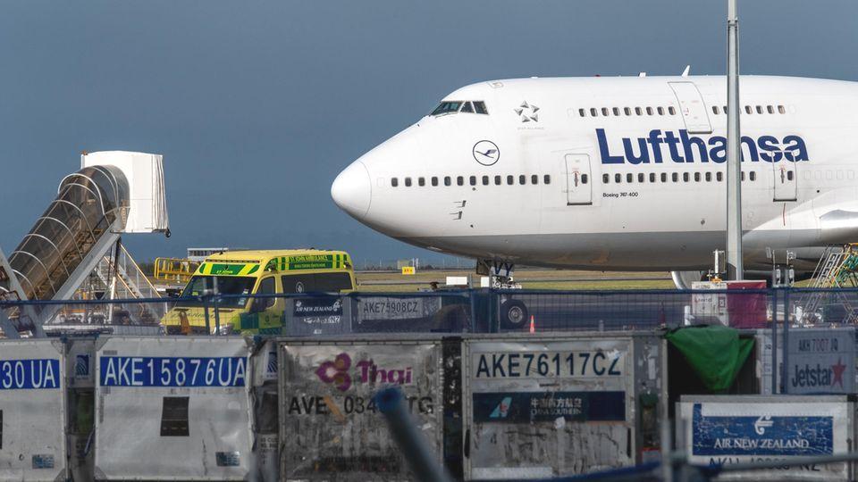 Holte Ende März gestrandte Urlauber aus Neuseeland ab: Eine Boeing 747-400 der Lufthansa am Flughafen von Auckland