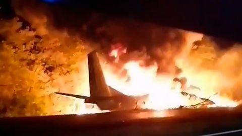 Das Videostandbild zeigt ein Militärflugzeug vom Typ Antonow AN-26 in Flammen