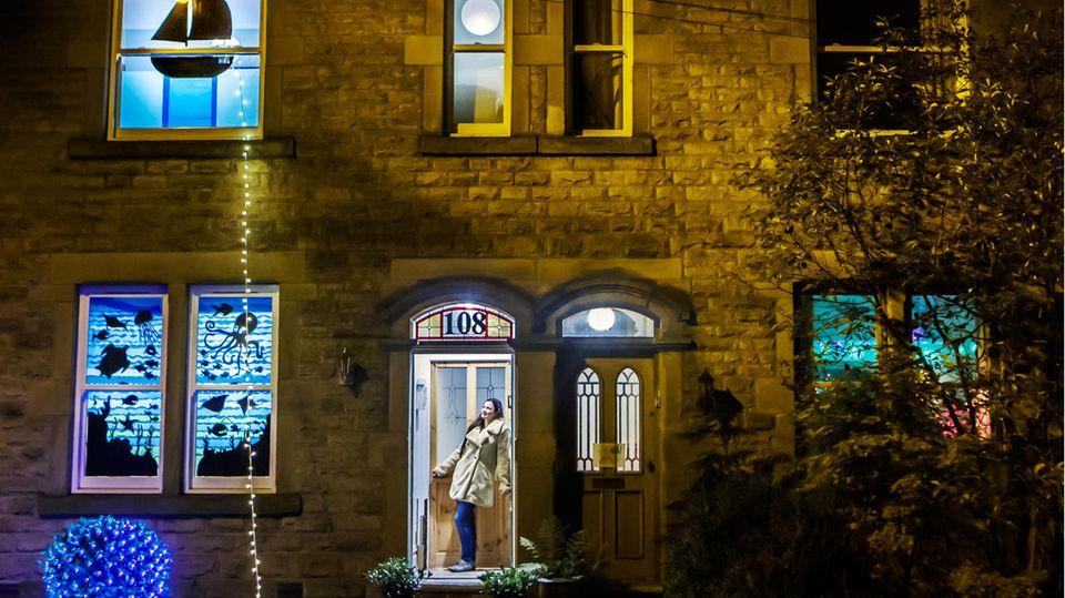 Vom 25. bis zum 27. September strahlen die Fenster in New Mills, Großbritannien, in bunten Farben. Das Light Up New Mills Festival wurde in diesem Jahr von Ehrenamtlichen ins Leben gerufen, um die regulären Laternen-Umzüge zu ersetzen, die aufgrund der Corona-Pandemie ausfallen.