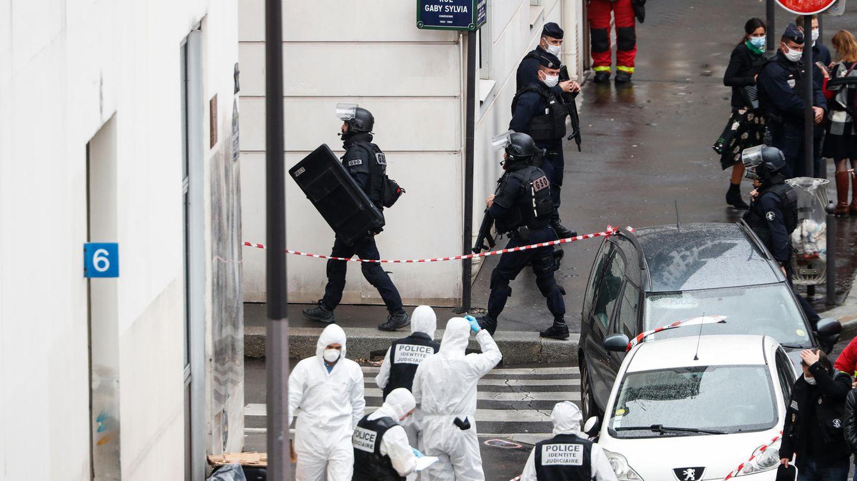 Frankreich, Paris: Polizisten stehen neben der Absperrung des Tatortes