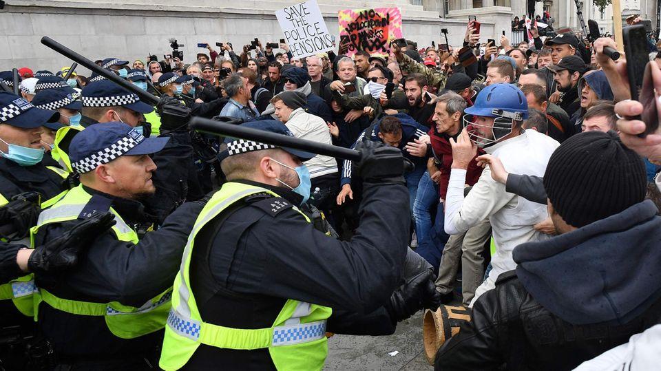 """London, Großbritannien. Auch 42.000 Corona-Tote, die meisten in Europa, beeindrucken manche Briten nicht so sehr, dass sie sich mit wieder verstärkten Maßnahmen gegen die Ausbreitung des Virus' abfinden können. Bei Zusammenstößen zwischen Demonstranten und der Polizei sind zehn Menschen festgenommen worden, vier Polizisten seien verletzt worden.Auf dem Trafalgar Square hatten sich tausende Menschen versammelt, um unter dem Motto """"Wir sind nicht einverstanden"""" gegen die Corona-Politik der britischen Regierung zu demonstrieren. Als die Polizei die Demonstration auflösen wollte, weil sich die Teilnehmer nicht an die Auflagen zum Schutz vor einer Ansteckung hielten, kam es zu den Rangeleien."""