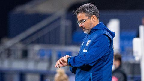 Schalke-Coach David Wagner schaut auf die Uhr