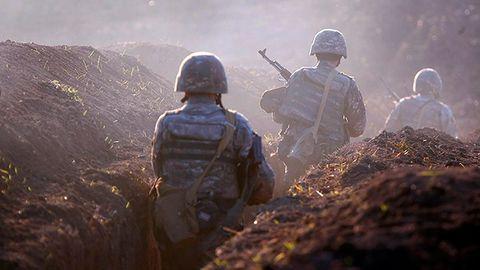 Armenien, Tawusch: Armenische Soldaten gehen an der Frontlinie in Position