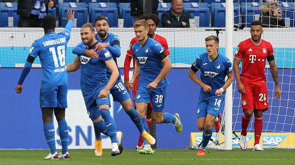 Hoffenheims Ermin Bicakcic (2. v. l.) zelebriert nach einem Treffer gegen den FC Bayern