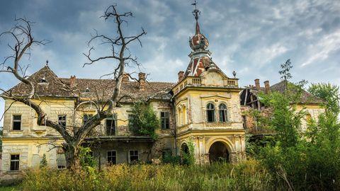 Vrsac, Serbien: Schloss Vlajkovac  Dieses Barockschloss aus den 1850er Jahren erbaute einst die Familie Mocsonyi. Nach dem Zweiten Weltkrieg gehörte es der Regierung Jugoslawiens, die es verfallen ließ. Heute ist es wieder in Privatbesitz, doch der Verfall schreitet fort.