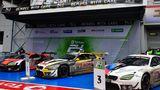 Große Siegerehrung. 1. Platz: Rowe Racing mit dem BMW M6 GT3. 2. Platz: Audi Sport Team mit dem Audi R8 LMS GT3. 3. Platz: BMW Team Schnitzer BMW M6 GT3.