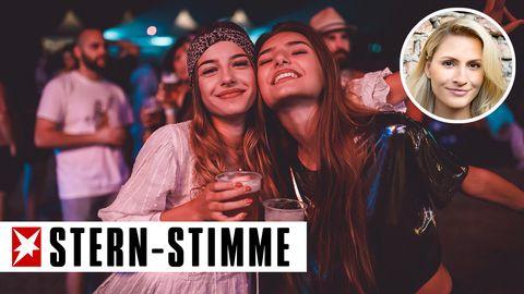 Zwei junge Frauen trinken Bier