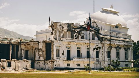 Bild 1 von 10 der Fotostrecke zum Klicken: Port au Prince, Haiti: Präsidentenpalast  Beim Erdbeben in Januar 2010 verloren Zehntausende auf der Karibikinsel ihr Leben. Die eingestürzte Kuppel des Präsidentenpalastes steht wie ein Sinnbild für die Katastrophe und den Zustand des Landes.