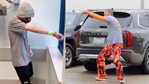 Ein Vater in Texas tanzt vor dem Krankenhausfenster seines krebskranken Sohnes.