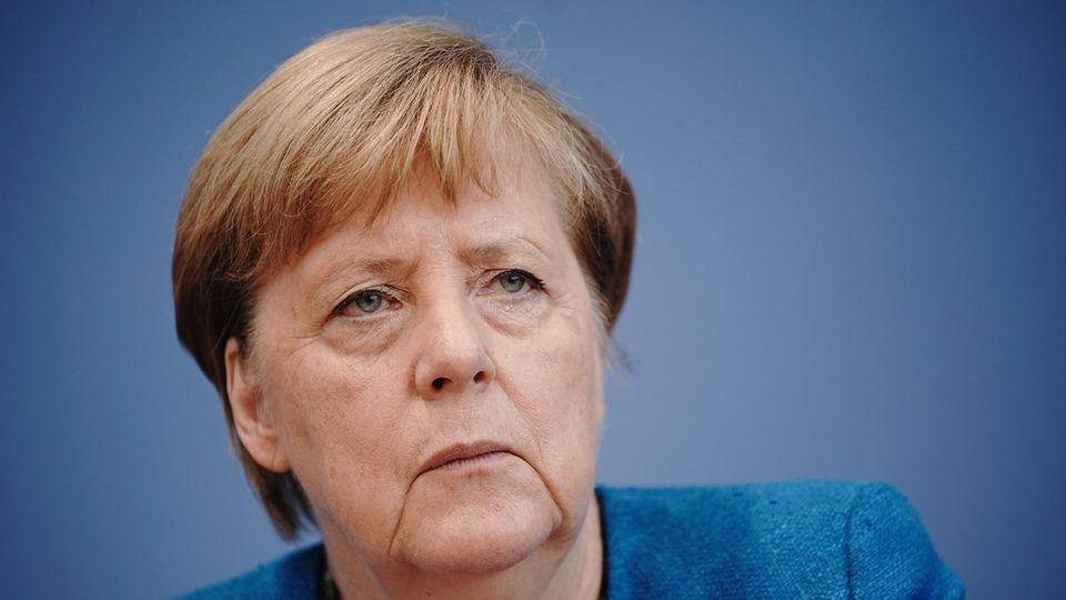 Bundeskanzlerin Angela Merkel fürchtet, in Deutschland könnten sich schon in wenigen Monaten täglich 19.200 Menschen neu mit Corona infizieren(Archivbild)