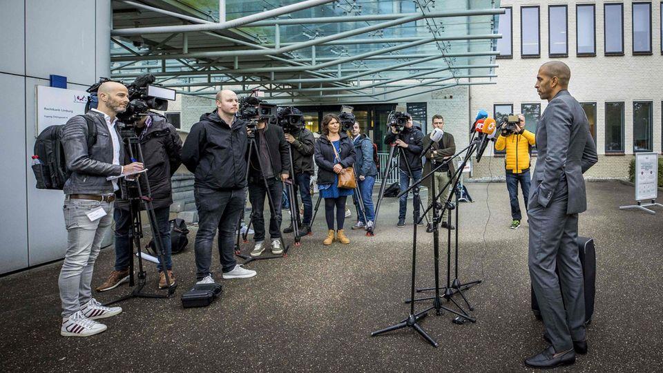 Der Verteidiger des Angeklagten Jos B spricht vor Beginn des Prozesses in Maastricht mit Journalisten