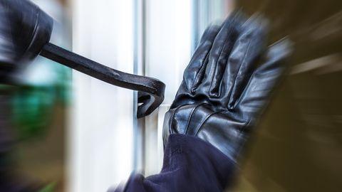 Gegen Kuhfußund Schraubendreher helfen die Sicherungen. Rücken die Einbrecher aber mit einer Trennscheibe an, müssen sie passen.