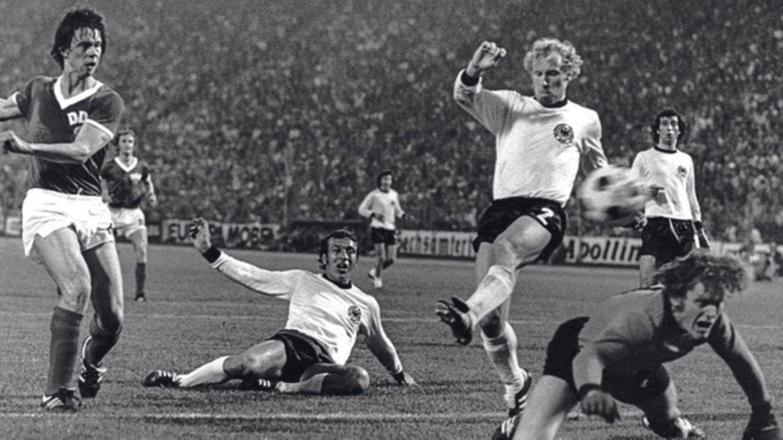 Jürgen Sparwasser schaut nach seinem Schuss zum 1:0 für die DDR dem Ball hinterher