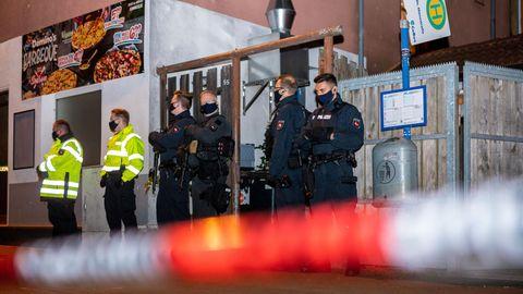 Polizisten sichern den Zugang zu einem Hinterhof eines Hausesin Celle