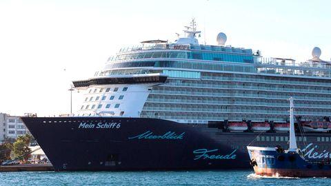 Das Kreuzfahrtschiff «Mein Schiff 6» mit mehreren Corona-Infizierten an Bord hat am frühen Dienstagmorgen in der griechischen Hafenstadt Piräus angelegt