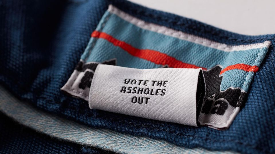 "Patagonia-Etikett ""Vote the Assholes Out"""