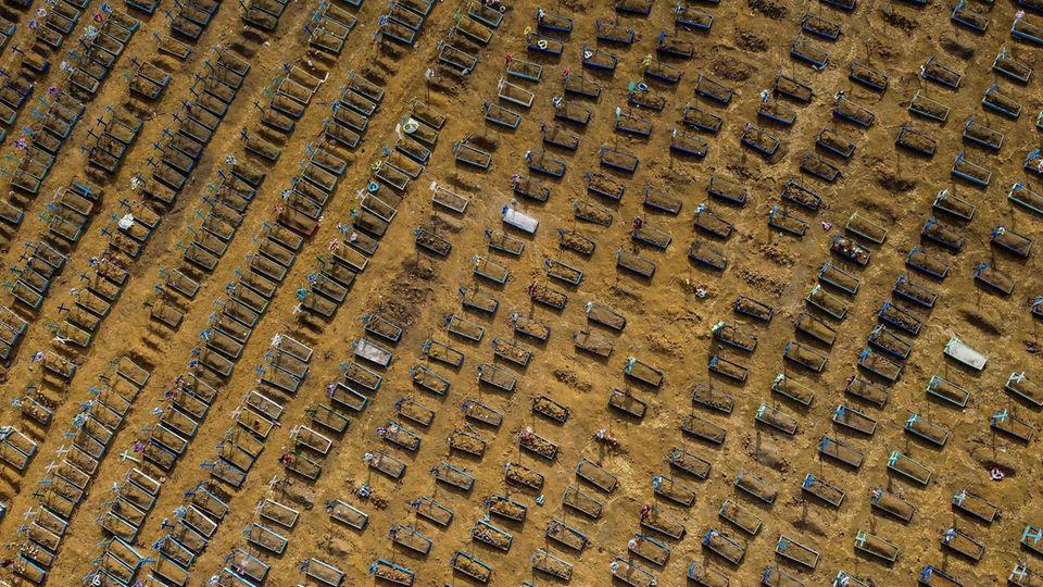 Drohnenaufnahmen zeigen den Nossa Senhora Aparecida Friedhof in Manaus, Brasilien.