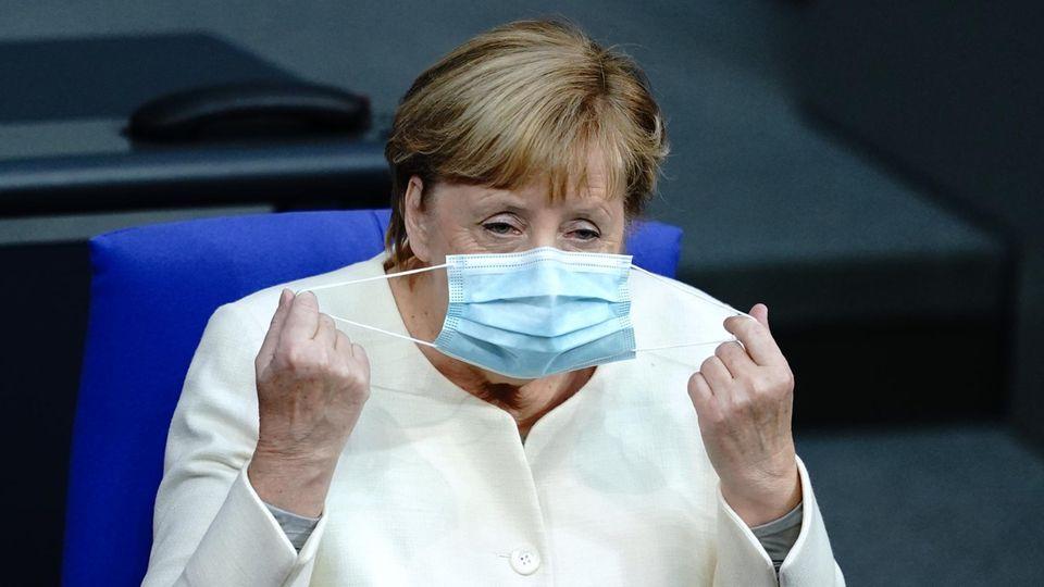 Bundeskanzlerin Angela Merkel (CDU) nimmt an der Sitzung des Bundestagsteil