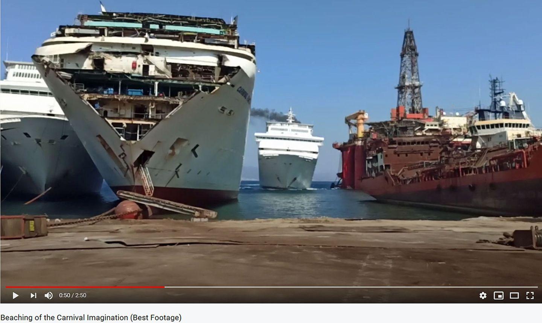 """Verschrottung im türkischen Aliağa: Die """"Carnival Imagination"""" wird in wenigen Sekunden neben zwei Schwesternschiffen bei der Abwrackwerft auf Grund gesetzt."""
