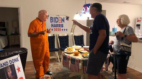 Wahlkampf im Wohnzimmer: GastgeberCasey Marr, 63, verkleidet mit Trump-Maskeund Sträflingsanzug