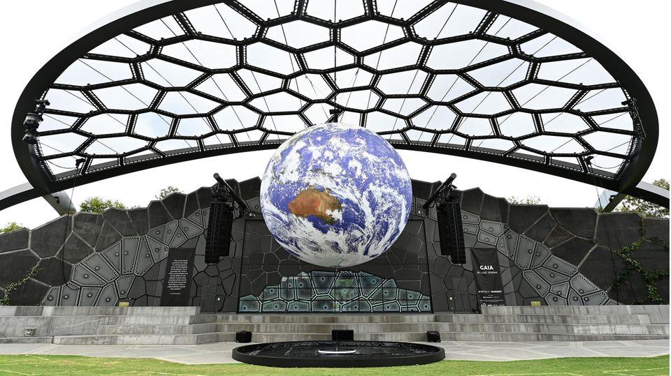 """Gold Coast, Australien. Die Kunstinstallation """"Gaia""""des britischen Künstlers Luke Jerram wird aufgebaut. Der Globus hat einen Durchmesser von sieben Metern, seine Oberfläche zieren detaillierteNASA-Bilder.Die Installation soll beim Betrachter densogenannten Übersichtseffekt auslösen, der erstmals 1987 vom Autor Frank White beschrieben wurde - eine kognitive Verschiebungdes Bewusstseins, über die einige Astronauten während derRaumfahrt berichten. Die Betrachtung der Erde im Weltall löste bei ihnenein Gefühl der Ehrfurcht vor dem Planeten aus."""