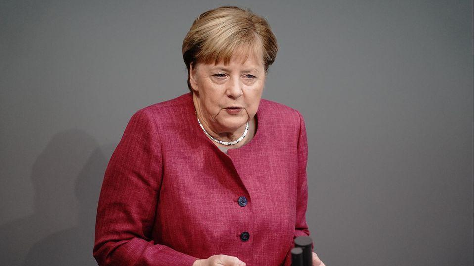 Bundeskanzlerin Angela Merkel (CDU) spricht während der Generaldebatte zum Bundeshaushalt im Bundestag