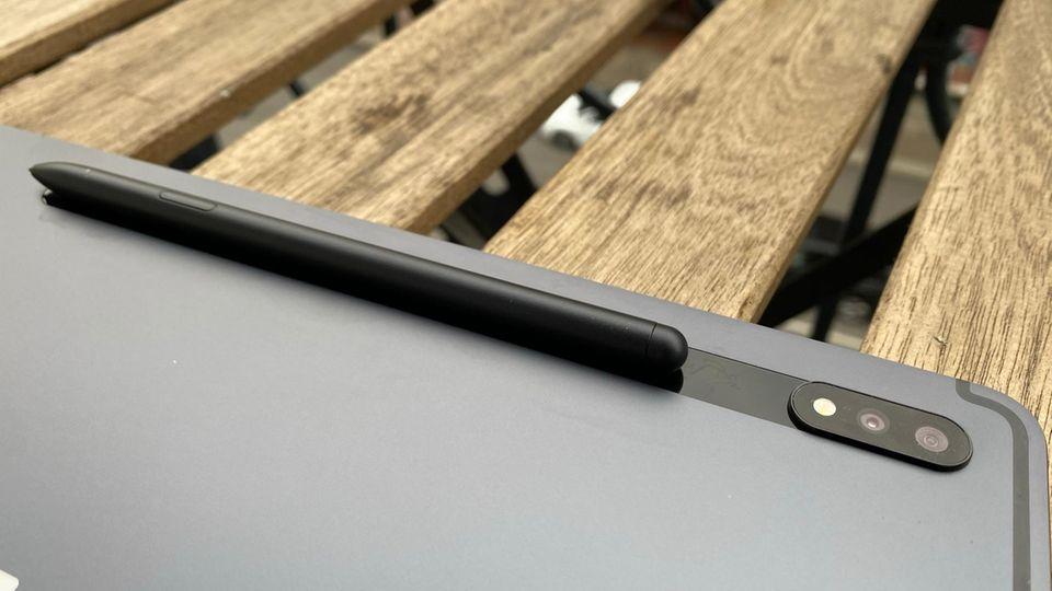 Auf der schicken Metallrückseite befindet sich die nicht erwähnenswerte Kamera und die Halte-Fläche für den S-Pen