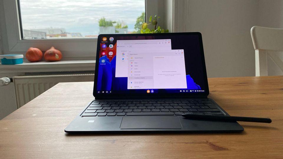 Mit dem Dex-Feature lässt sich das Tablet in einen Desktop-Modus bringen - und zeigt die Programme dann als eigene Fenster an
