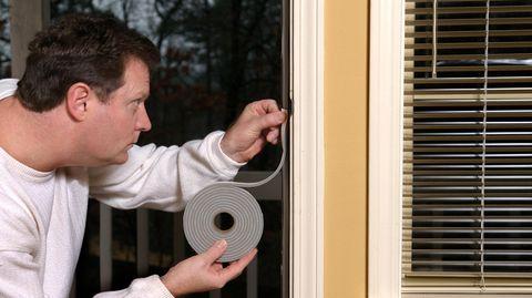 Für Holzfenster eignen sich selbstklebende Gummidichtungen