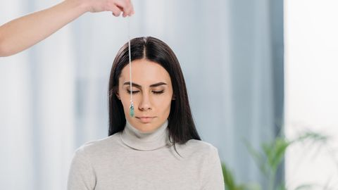 Eine Frau wird hypnotisiert