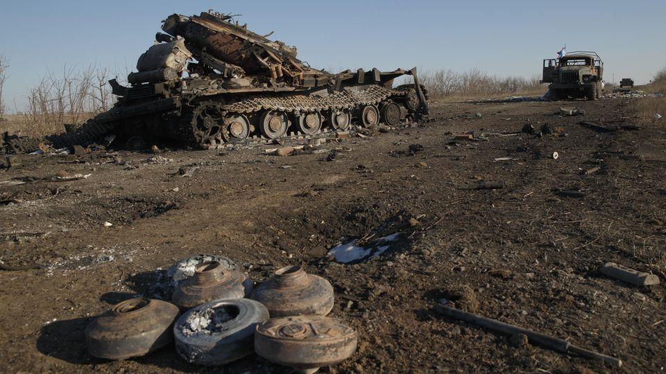 Zerstörtes Kriegsgerät der Regierungstruppen beiLohwynowe. Der Verlust der Verbindungsstraße dort, führte zur Niederlage von Debaltseve.