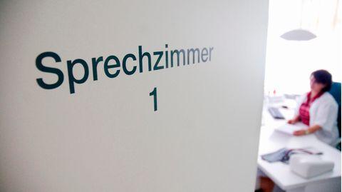 An einer Tür einer Hausarztpraxis ist der Schriftzug «Sprechzimmer 1» zu lesen