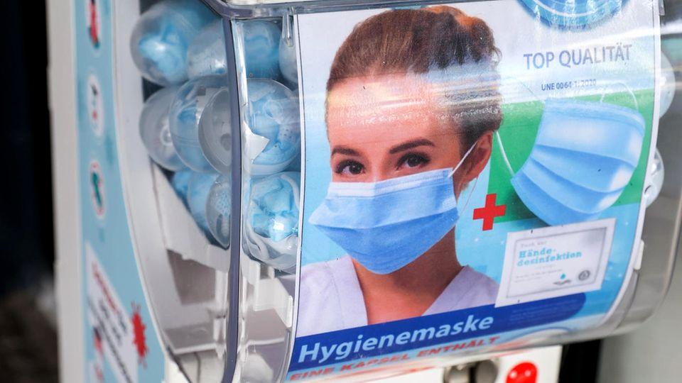 Ein Automat für Mund-Nasen-Bedeckungen steht am Flughafen Leipzig/Halle