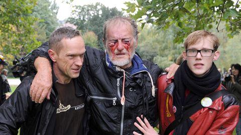 """30. September 2010: AlsDietrich Wagner sein Augenlicht verlor  Das Foto, das ihn vor genau zehn Jahren schlagartig weltweit bekannt machte, hat Dietrich Wagner nie deutlich gesehen. Er hat an jenem Tag, an dem es aufgenommen wurde, am Tag der Auflehnung gegen das Bauprojekt Stuttgart 21, sein Augenlicht fast völlig verloren.Der eskalierte Polizeieinsatz führte zu Untersuchungsausschüssen im Landtag und beschäftigte Gerichte. Das Verwaltungsgericht Stuttgart erklärte den Einsatz im November 2015 für rechtswidrig. Ein schwacher Trost für den heute 75-Jährigen, der am 10. Jahrestag des """"Schwarzen Donnerstags"""" wieder demonstrieren wollte. In der Hand einen Blindenstock, zwei gelbe Binden an den Armen."""