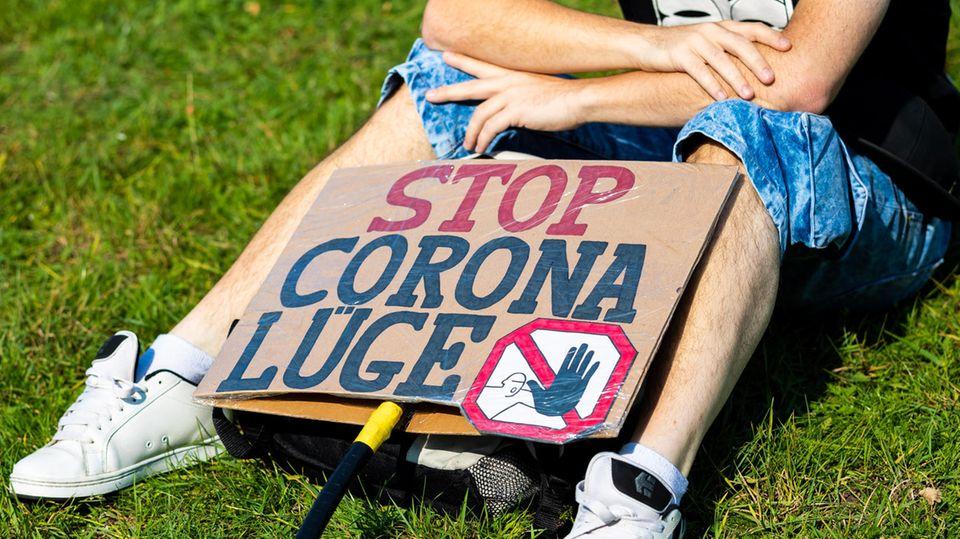"""Corona-Demo: Ein Schild mit der Aufschrift """"Stop Corona Lüge"""""""