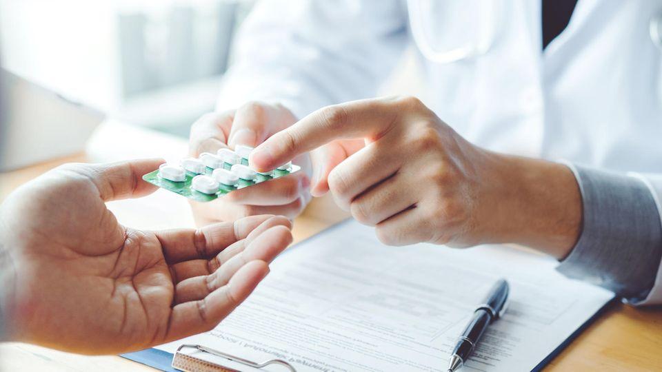 Science-Vorwurf gegen FDA: Ein Arzt übergibt einem Patienten ein Medikament
