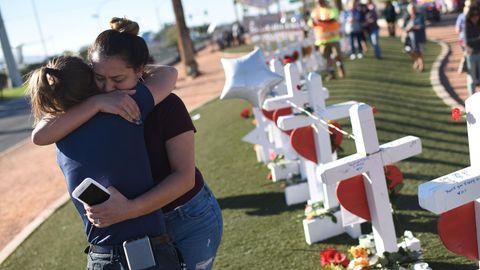 Massaker in Las Vegas: Zwei Überlebende umarmen sich neben den für die Opfer aufgestellten Kreuzen