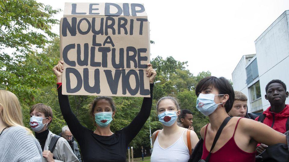 Schweizer Schüler halten Protestplakate in die Höhe