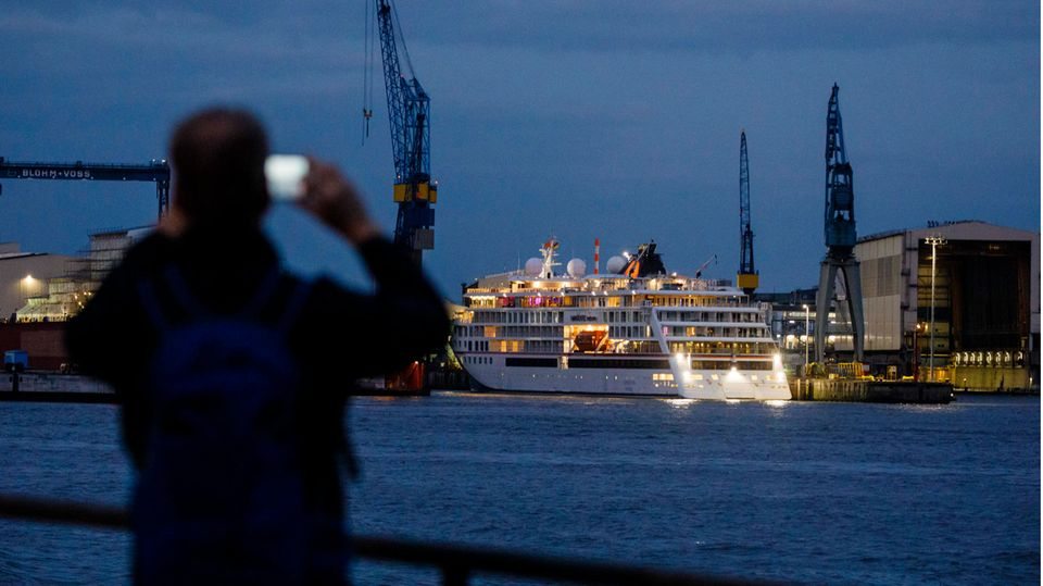 Die Hanseatic Nature vonHapag-Lloyd Cruises im Hamburger Hafen. Die Kreuzfahrtbranche fährt derzeit noch mit deutlcih geringeren Kapazitäten als vor der Coronakrise.