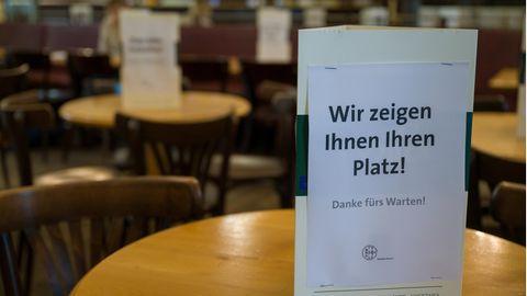 Ein Schild im Restaurant weist auf die Zuweisung zu den Plätzen hin