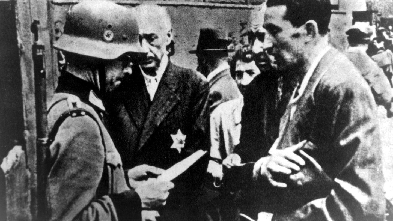 """2. Oktober 1940: Die Abriegelungdes Warschauer Ghettos beginnt  Erst eingepfercht, dann ausgehungert und schließlich vergast: Das war das Schicksal vieler Warschauer Juden. Im Herbst 1940bekommen 138.000 von ihnen den Befehl, in ein bestimmtes Viertel der Stadt umzuziehen. 400.000 Menschen leben schließlich dort, als das GhettoMitte November 1940abgeriegelt wird. Unterversorgung,Enge und die katastrophalen sanitären Bedingungen machen die Lage immer schlimmer. 100.000 Menschen sind im Ghetto gestorben, als im Juli 1942 die Deportationen ins VernichtungslagerTreblinka beginnen. Bis September verfrachtendie deutschen Besatzer schätzungsweise 280.000 Männer, Frauen und Kinder aus Warschau in die Hölle von Treblinka und ermorden sie dort. BeimAufstand Ende April 1943 sterben etwa 13.000 Juden. Bis Mitte Mai werden die verbliebenen Bewohner des Ghettos nach Treblinka und Majdanek deportiert. Nach der Sprengung der Großen Synagoge schreibt derSS-BrigadeführerJürgen StroopanReichsführer-SS Heinrich Himmler: """"Es gibt keinen jüdischen Wohnbezirk in Warschau mehr."""""""