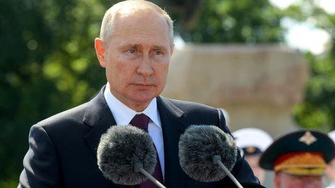 Wladimir Putin zeigt sich bei einer Militärparade mit Augenringen