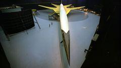 Mit maximal gespreizten Flügeln für die Start- und Landephase: das mehr als 90Meter lange Mock-up der Boeing 2707-100