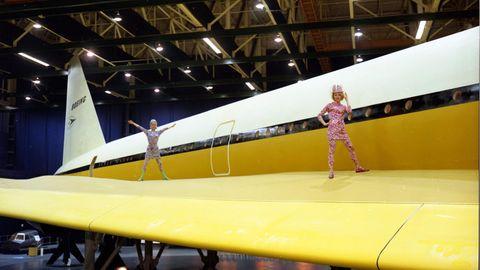 Flugbegleiterinnen von Braniff ließ man auf dem Mock-Up der Boeing 2707-100 in Seattle posieren